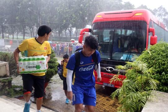 Clip: CĐV Bình Dương đội mưa xem buổi tập cuối của Olympic Việt Nam - Ảnh 1.