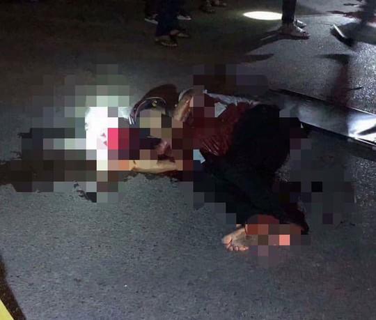 2 nhóm côn đồ nổ súng bắn nhau, người đi đường trúng đạn tử vong - Ảnh 1.