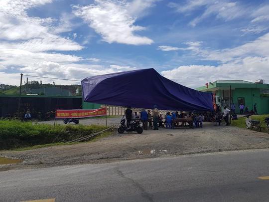 Đi ngủ đeo khẩu trang, người dân dựng rạp chặn cổng nhà máy xử lý rác - Ảnh 1.