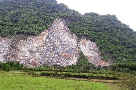 Lên đỉnh núi khoan đá, một công nhân rơi xuống đất tử vong - Ảnh 1.