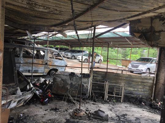 TP HCM: 2 ôtô cháy rụi trong bãi giữ xe rộng khoảng 1000 m2 - Ảnh 1.