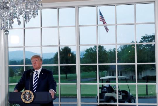 Gói hàng lạ với thông điệp cho ông Trump từ trên trời rơi xuống - Ảnh 1.