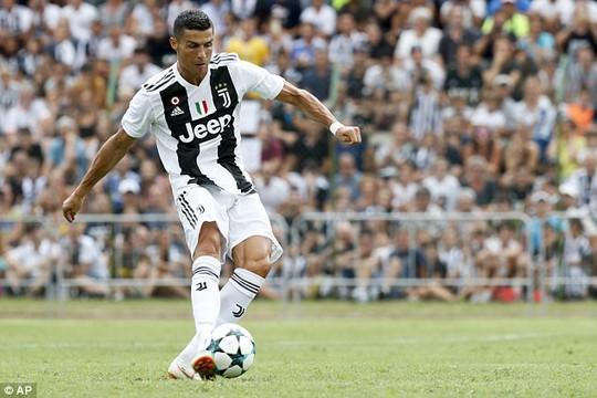 Trận ra mắt của Ronaldo kết thúc sớm vì fan cuồng - Ảnh 1.