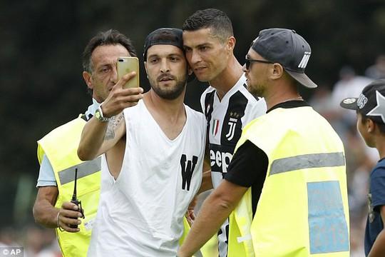 Trận ra mắt của Ronaldo kết thúc sớm vì fan cuồng - Ảnh 3.