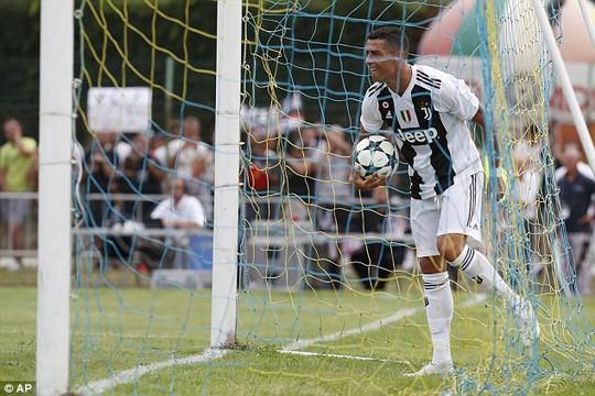 Trận ra mắt của Ronaldo kết thúc sớm vì fan cuồng - Ảnh 2.