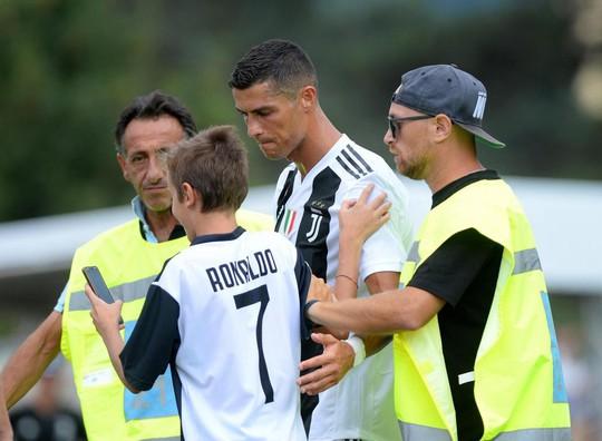 Trận ra mắt của Ronaldo kết thúc sớm vì fan cuồng - Ảnh 4.
