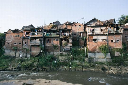 Thị trấn bảy sắc cầu vồng từng là khu ổ chuột ở Indonesia - Ảnh 1.