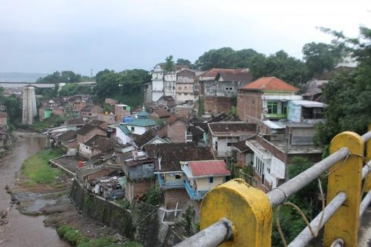 Thị trấn bảy sắc cầu vồng từng là khu ổ chuột ở Indonesia - Ảnh 2.