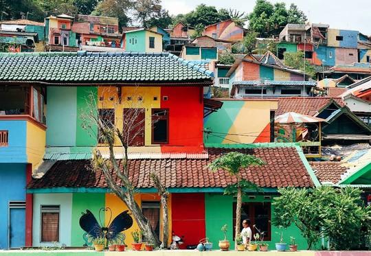 Thị trấn bảy sắc cầu vồng từng là khu ổ chuột ở Indonesia - Ảnh 11.