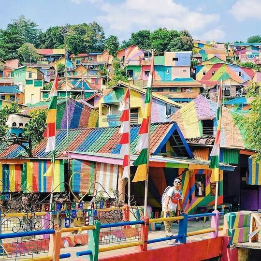Thị trấn bảy sắc cầu vồng từng là khu ổ chuột ở Indonesia - Ảnh 13.