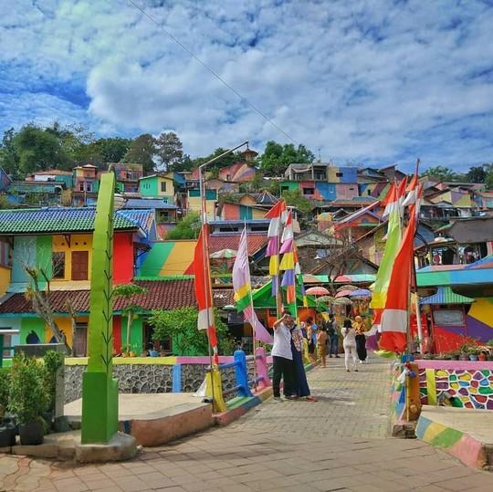 Thị trấn bảy sắc cầu vồng từng là khu ổ chuột ở Indonesia - Ảnh 14.