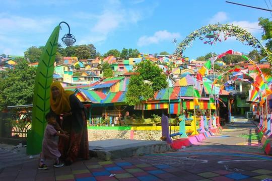 Thị trấn bảy sắc cầu vồng từng là khu ổ chuột ở Indonesia - Ảnh 15.