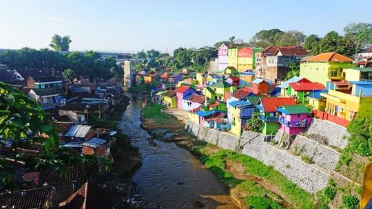 Thị trấn bảy sắc cầu vồng từng là khu ổ chuột ở Indonesia - Ảnh 16.