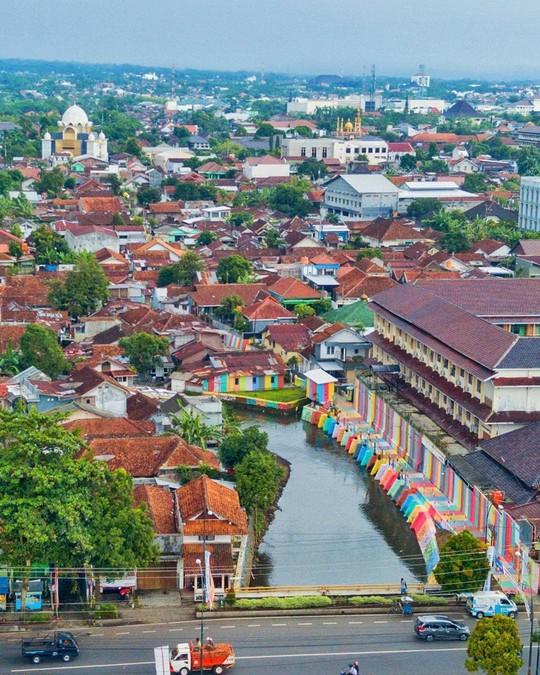 Thị trấn bảy sắc cầu vồng từng là khu ổ chuột ở Indonesia - Ảnh 3.