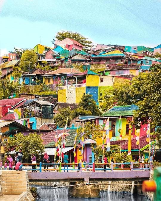 Thị trấn bảy sắc cầu vồng từng là khu ổ chuột ở Indonesia - Ảnh 4.