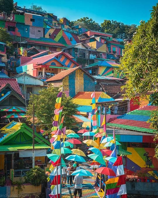 Thị trấn bảy sắc cầu vồng từng là khu ổ chuột ở Indonesia - Ảnh 5.