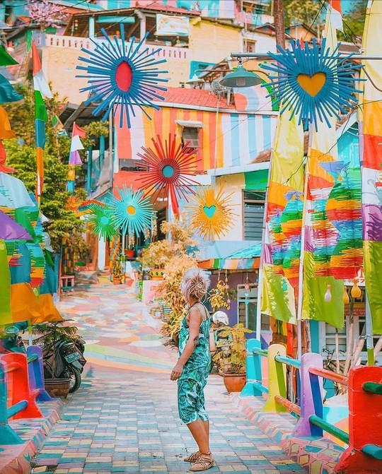 Thị trấn bảy sắc cầu vồng từng là khu ổ chuột ở Indonesia - Ảnh 6.