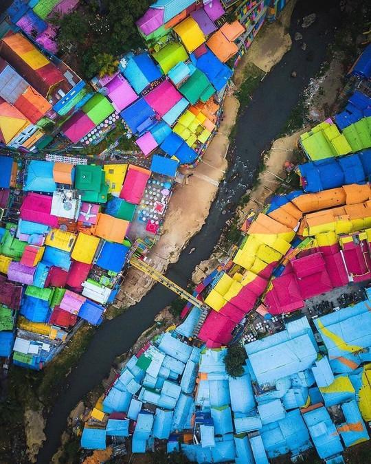 Thị trấn bảy sắc cầu vồng từng là khu ổ chuột ở Indonesia - Ảnh 7.