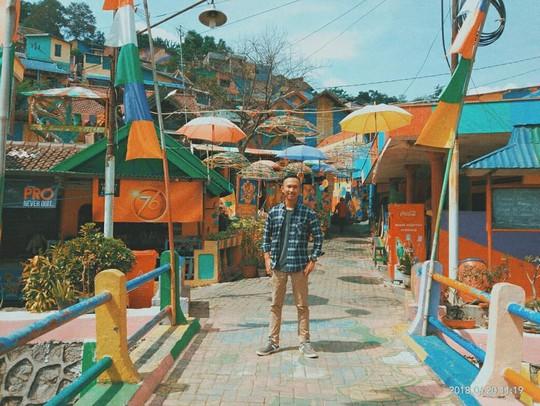 Thị trấn bảy sắc cầu vồng từng là khu ổ chuột ở Indonesia - Ảnh 9.