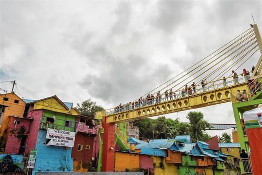 Thị trấn bảy sắc cầu vồng từng là khu ổ chuột ở Indonesia - Ảnh 10.