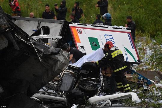 Sập cầu trên đường cao tốc, ít nhất 35 người thiệt mạng - Ảnh 10.