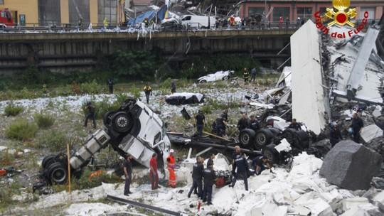 Sập cầu trên đường cao tốc, ít nhất 35 người thiệt mạng - Ảnh 11.