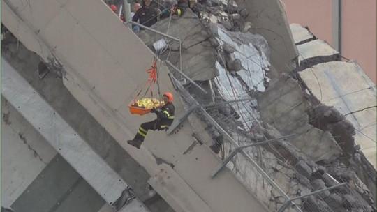 Sập cầu trên đường cao tốc, ít nhất 35 người thiệt mạng - Ảnh 3.