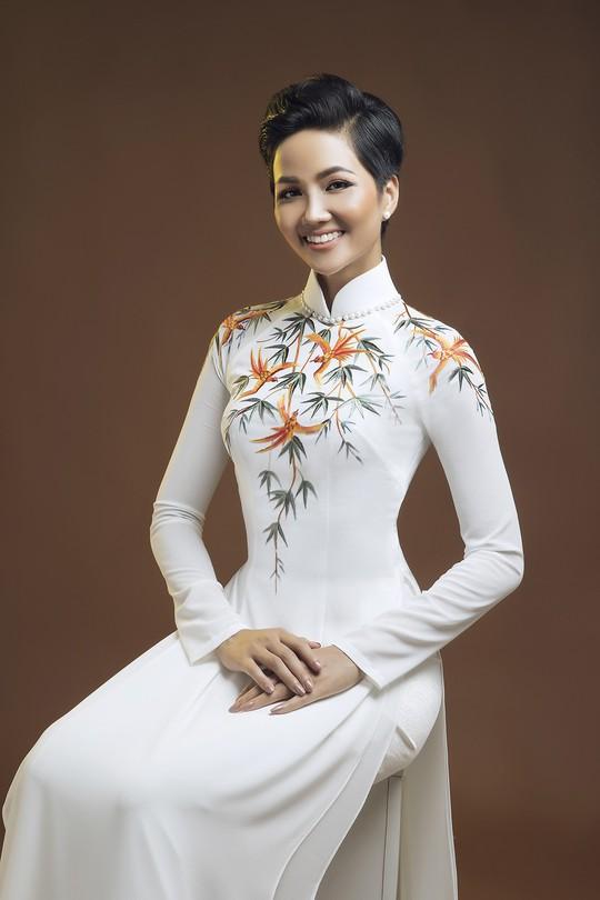 Đấu giá bộ áo dài của HHen Niê giúp trẻ em nghèo - Ảnh 4.
