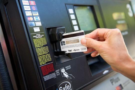 ATM, ngân hàng, cửa hàng trực tuyến đang là mục tiêu của hacker - Ảnh 1.