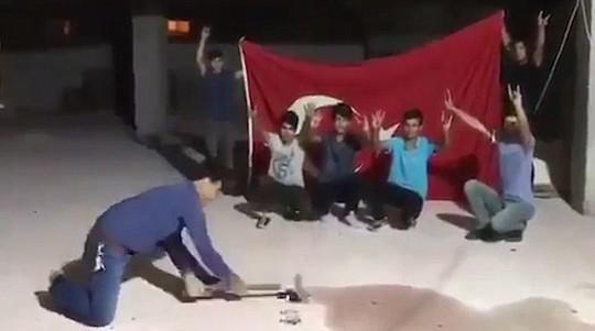 Thổ Nhĩ Kỳ: Người dân đập nát iPhone phản đối Mỹ - Ảnh 3.