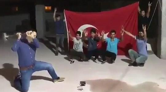 Thổ Nhĩ Kỳ: Người dân đập nát iPhone phản đối Mỹ - Ảnh 2.
