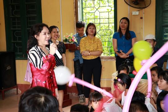 Nghệ sĩ Việt Hương dạy con làm từ thiện - Ảnh 3.
