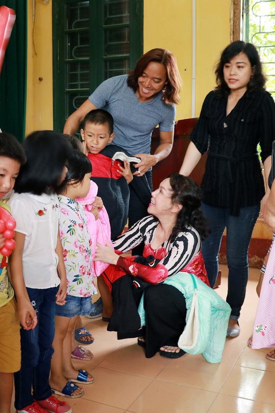 Nghệ sĩ Việt Hương dạy con làm từ thiện - Ảnh 1.