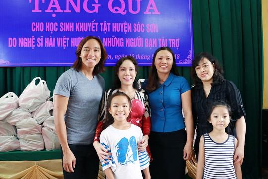 Nghệ sĩ Việt Hương dạy con làm từ thiện - Ảnh 4.