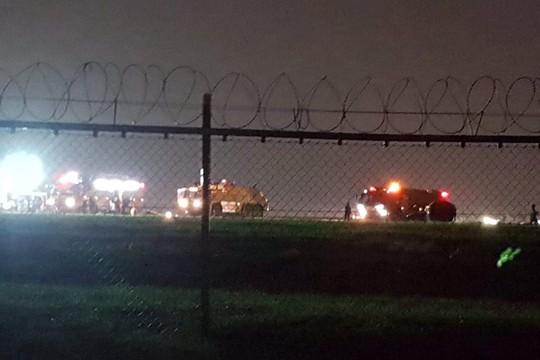 Máy bay Trung Quốc trượt khỏi đường băng, một động cơ rời ra - Ảnh 1.