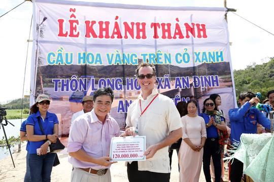 Sinh viên Trường ĐH Đông Á đóng góp xây dựng cầu Hoa vàng trên cỏ xanh - Ảnh 3.