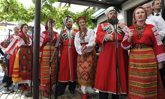 Ông Putin khiêu vũ với cô dâu tại đám cưới Bộ trưởng Ngoại giao Áo - Ảnh 1.