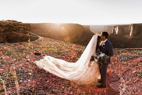 Đám cưới trên lưới giăng qua 2 vách núi cao hơn 100m! - Ảnh 1.