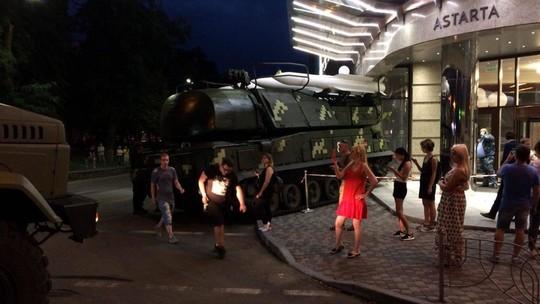 Đứng tim cảnh xe chở tên lửa Buk lao vào trung tâm thương mại - Ảnh 1.