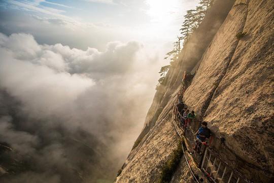 Thử thách ú tim khi đến ngôi chùa cheo leo trên đỉnh núi - Ảnh 1.