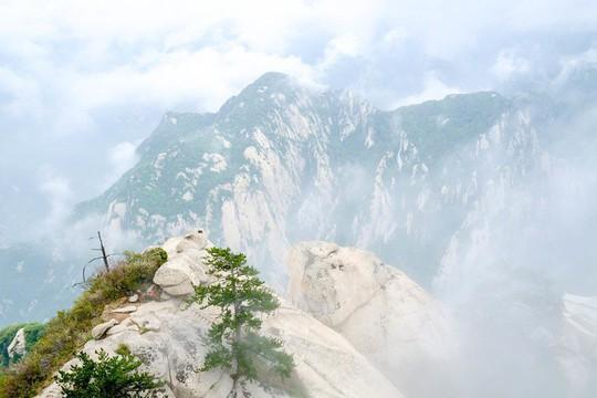 Thử thách ú tim khi đến ngôi chùa cheo leo trên đỉnh núi - Ảnh 12.