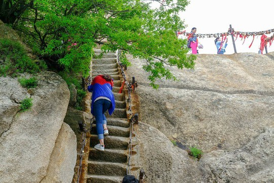 Thử thách ú tim khi đến ngôi chùa cheo leo trên đỉnh núi - Ảnh 13.
