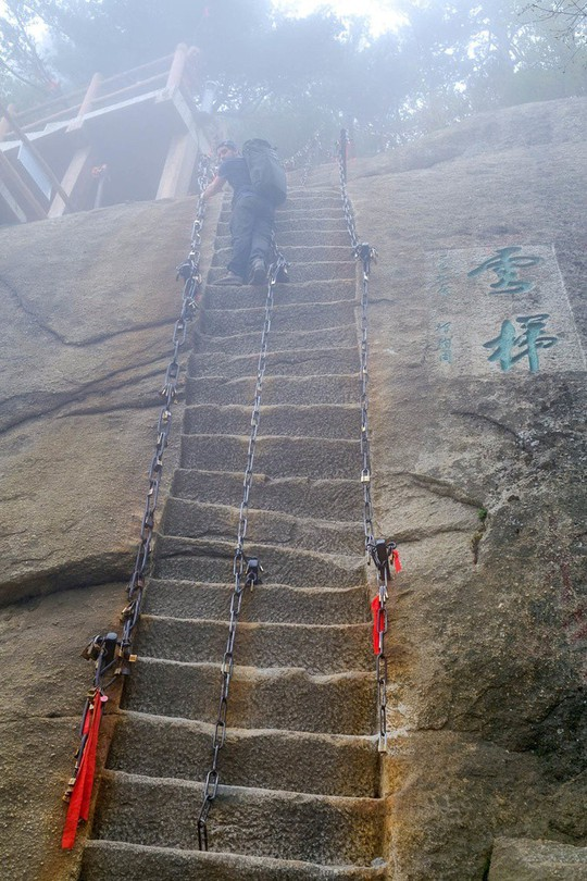 Thử thách ú tim khi đến ngôi chùa cheo leo trên đỉnh núi - Ảnh 14.