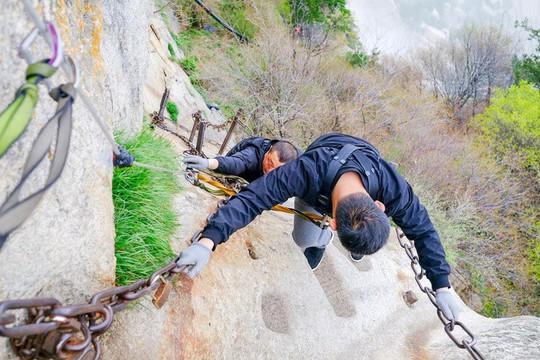 Thử thách ú tim khi đến ngôi chùa cheo leo trên đỉnh núi - Ảnh 15.