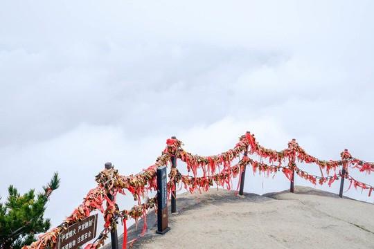 Thử thách ú tim khi đến ngôi chùa cheo leo trên đỉnh núi - Ảnh 16.