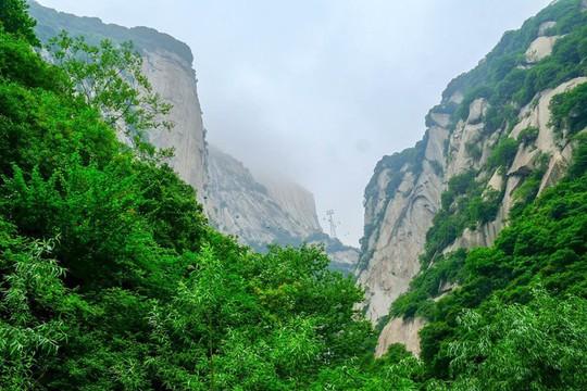 Thử thách ú tim khi đến ngôi chùa cheo leo trên đỉnh núi - Ảnh 4.