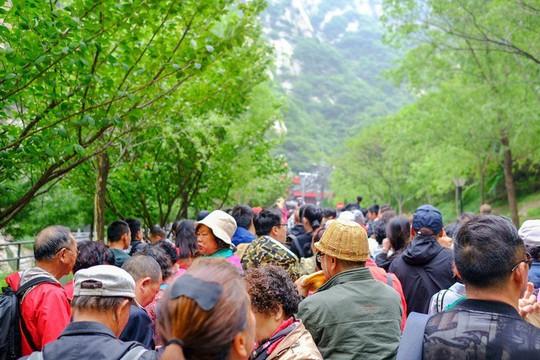 Thử thách ú tim khi đến ngôi chùa cheo leo trên đỉnh núi - Ảnh 5.