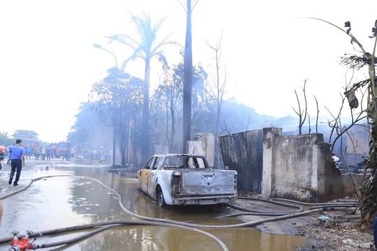 Cháy xưởng sơn, khói lửa mù mịt khiến đại lộ Thăng Long tê liệt - Ảnh 1.