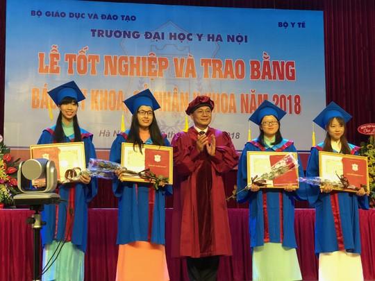 Hàng trăm tân bác sĩ hô vang xin thề trong lễ tốt nghiệp - Ảnh 1.