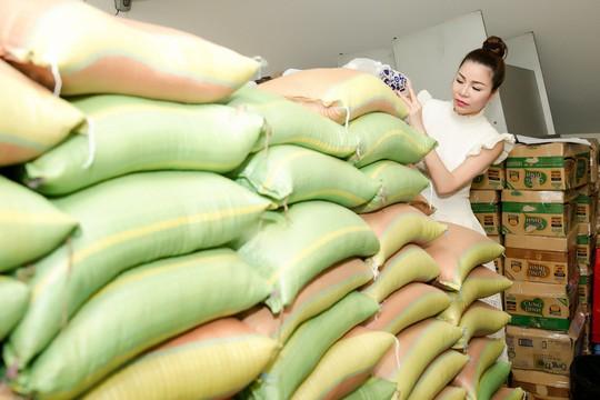 Hoa hậu Bùi Thị Hà trao quà cho người nghèo. - Ảnh 1.